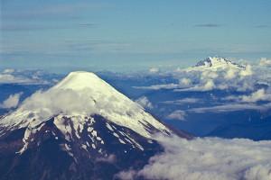 Atravessando a cordilheira, entra o vulcão Osorno (Chile) e o Tronador (Argentina)