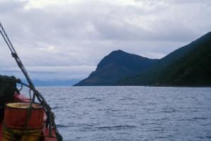 O barco se aproxima ao cabo Froward, no Estreito de Magalhães. Foto Margi Moss