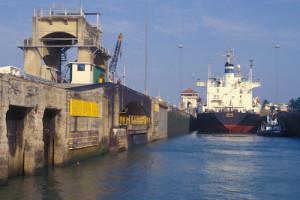 Um navio transita pelo famoso Canal do Panamá. Foto Gérard Moss