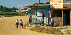 O Romeo estacionado na pista que é bem integrada à comunidade! Ilha do Milho, Nicarágua