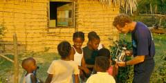 Gérard mostrando filmagens para os meninos em Santa Fé.