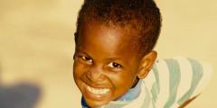 Menino alegre em Pollytilly, Ilha de Roatan, Honduras. Foto Margi Moss