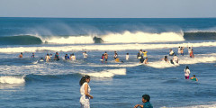 Poneloya, San Salvador, onde as pessoas só tiram os sapatos para se banharem no mar.