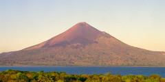 Vulcão Momotombo, perto de León, Nicarágua. Foto Margi Moss