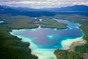 """Dentro da passagem pelo """"Trench"""", encontramos lindos lagos de águas azuis. Foto Margi Moss"""
