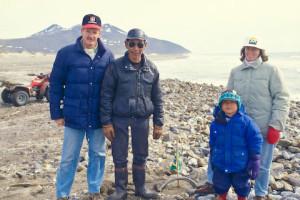 Na praia do Cabo Príncipe de Gales, encontramos esse pai e filho esquimós.