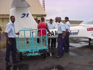 Todos ajudaram, levantando a cauda do avião para conseguir colocar mais uns litros de gasolina.