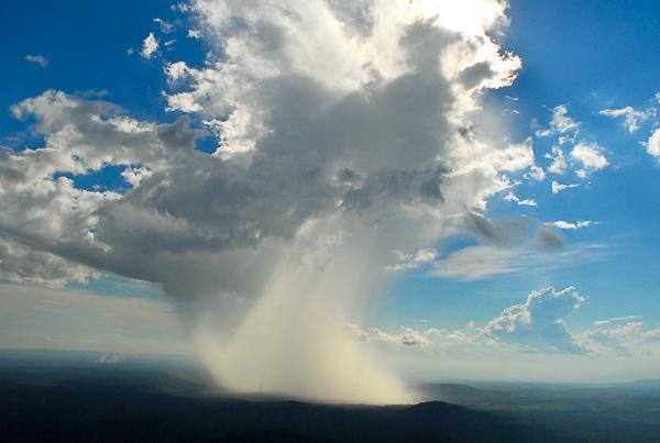Uma bela nuvem espalha chuva pelos campos e abastece os rios. Foto Margi Moss