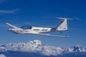Ximango atravessando os Alpes suíços, pilotado por Gérard. Foto Joe Rimensberger