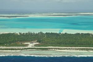 O aeroporto de Anaa, com a lagoa verde do atol atrás. Foto Margi Moss